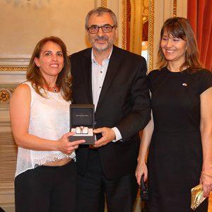 Paula Benitez (JUST) Recibe El Premio De RAYMOND WEIL Entregado Por Ernesto Kohen (CHRONEX) Y Cecilia Dibárbora (CCSA)